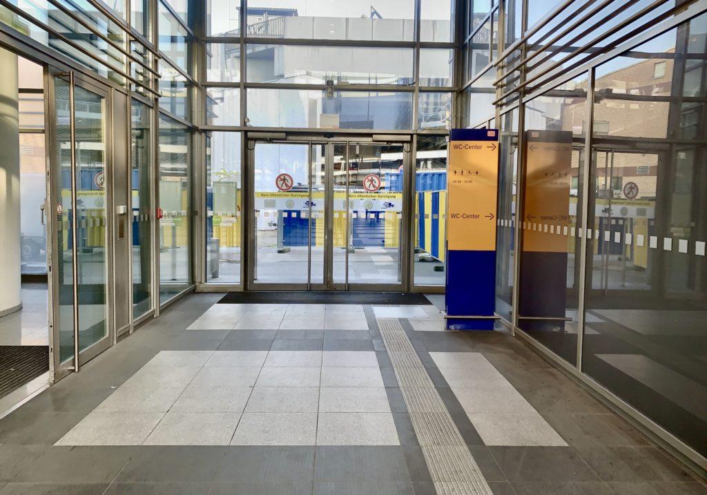 Geschlossener Ausgang im Bahnhof Südkreuz