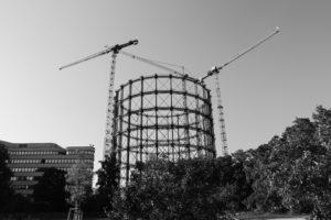 Gasometer Schöneberg mit Baukränen